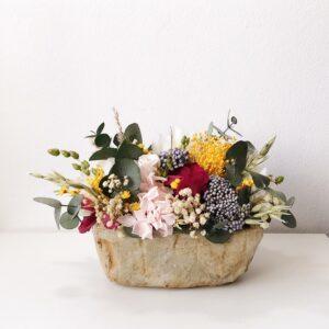 Composición de flores preservadas y secas en un tiesto