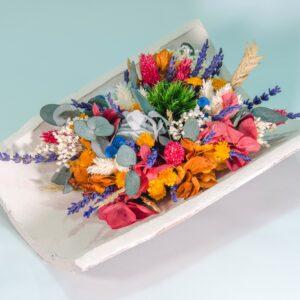 media teja con flores secas y preservadas