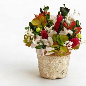 tiesto sobremesa con flores preservadas