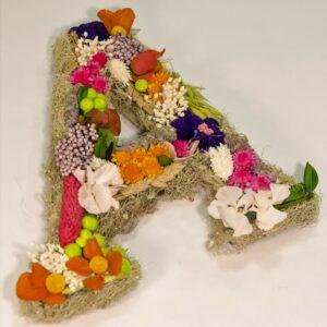 Letra decorada con flores preservadas y flores secas