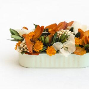 Lata con flores preservadas y flores secas