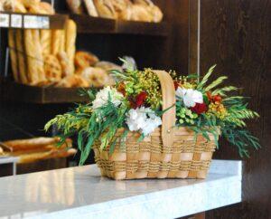 Flores preservadas en un cesta decorativa