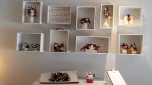 En aquesta cafeteria on podreu veure l' exposició de flors preservades que hem muntat