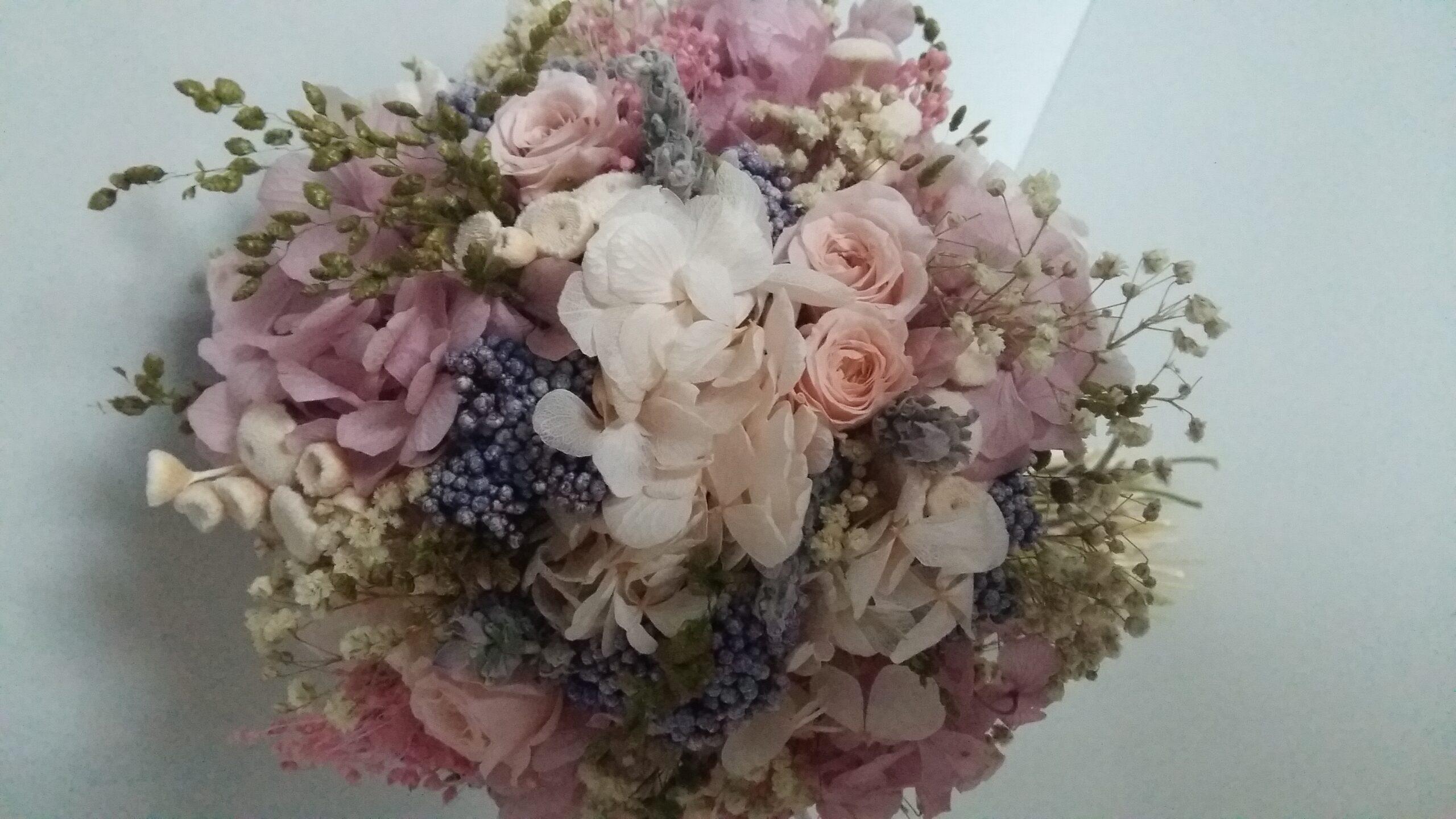 Ramo de flores preservadas en tonos rosa y malva