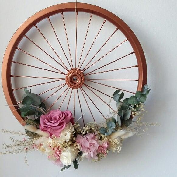 Rueda de bicicleta con flores preservadas. Terrassa. Sabadell. San Cugat