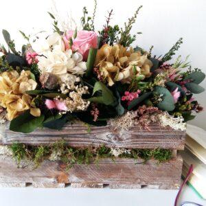 caja de madera vintage con flores preservadas: