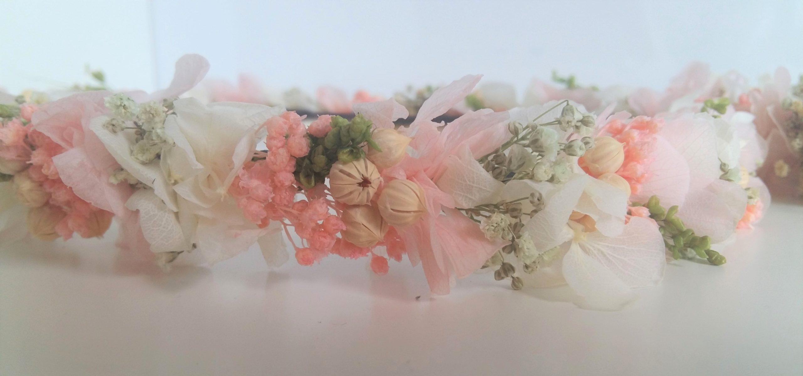 Diadema novia con flores preservadas