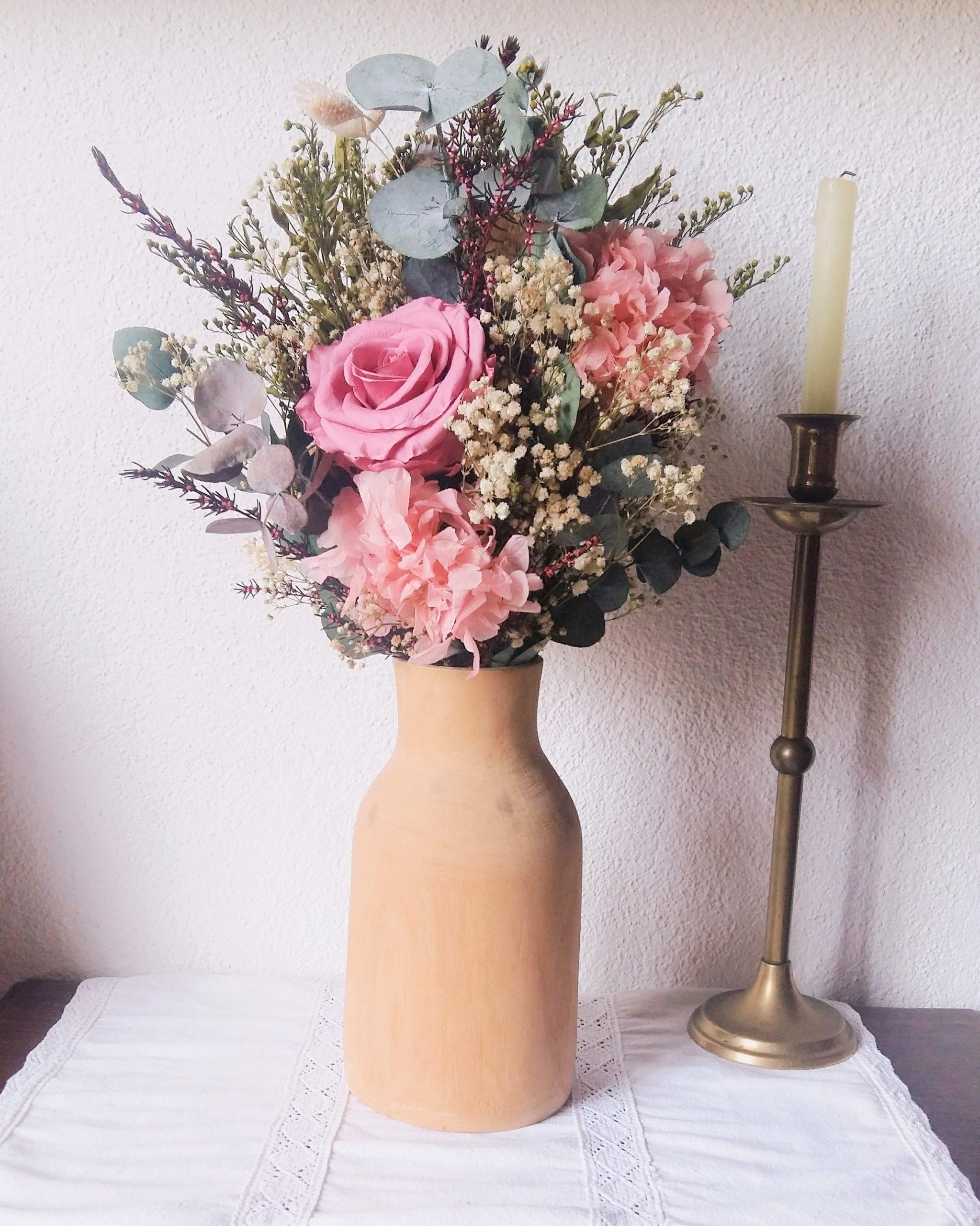 Jarrón de flores con rosa preservada
