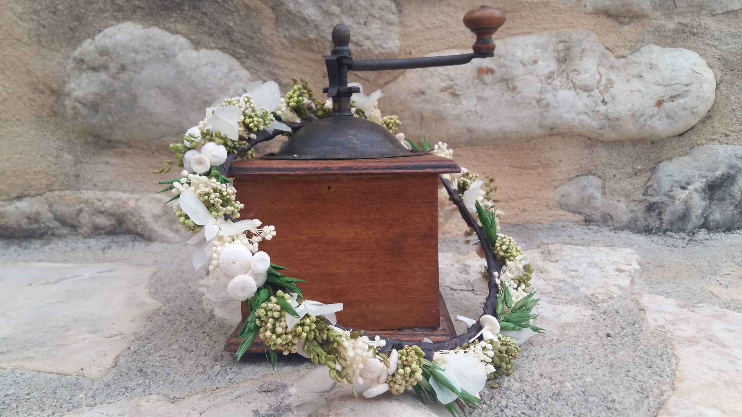 corona de novia con flores preservadas
