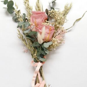 Pequeño ramo con dos rosas preservadas en tono rosa celeste acompañadas de otros elementos florales secos y preservados- Un detalle ideal para dar una sorpresa en un día especial. Terrassa