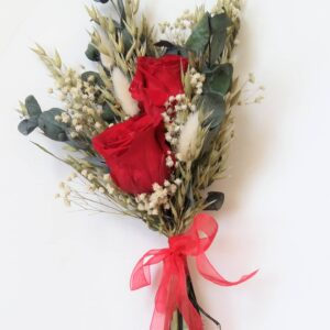 Pequeño ramo con dos rosas rojas preservadas acompañadas de otros elementos florales secos y preservados- Un detalle ideal para dar una sorpresa en un día especial, como es el día de San Valentín Un ramo dulce, fino y elegante. Ideal para el día de la madre. Terrassa