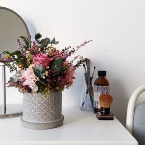 Turmalina es un elegante centro de mesa con rosa preservada y otras flores preservadas y secas. Ideal para regalar flores para ocasiones especiales, como el día de la madre, o regalártelo como decoración del hogar. Terrassa