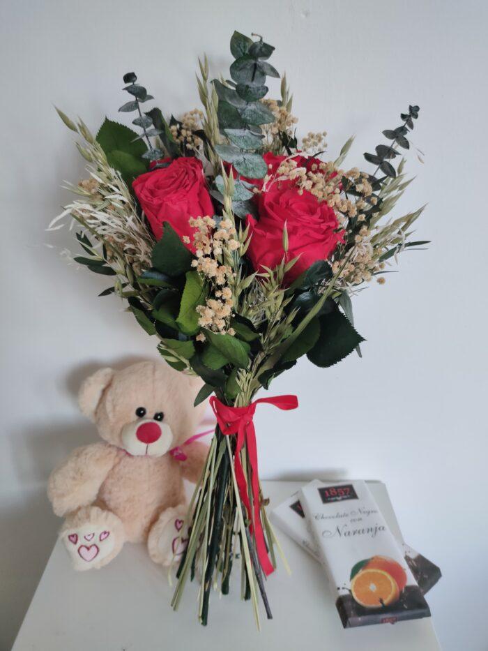 Un ramo de seis rosas rojas preservadas.